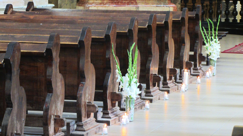 """Žvakėmis, baltais akmenukais ir gėlėmis dekoruotas takas iki altoriaus. Vestuvių tema - """"Balta - mėlyna"""" (2014.08.15). Panaudotos vazos: http://www.vestuvinesdekoracijos.lt/ilgoji-stikline-vaza, žvakidės: http://www.vestuvinesdekoracijos.lt/zvakide-improvizacijai, vazelės: http://www.vestuvinesdekoracijos.lt/oro-burbuliuku-vaza"""
