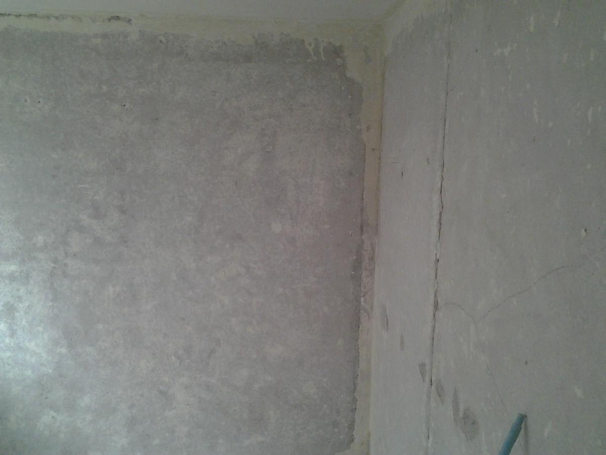 Prieš glaistant reikia tinkamai nuvalyti sienas nuo senų dažų