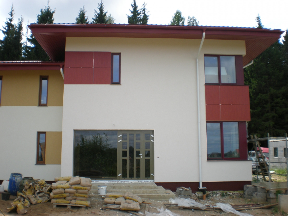 Fasado apdaila naudojant dekoratyvinio tinko ir ventiliojamo fasado ploksciu elementus.