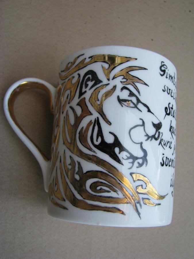 Dekoruotas porcelianinis puodelis