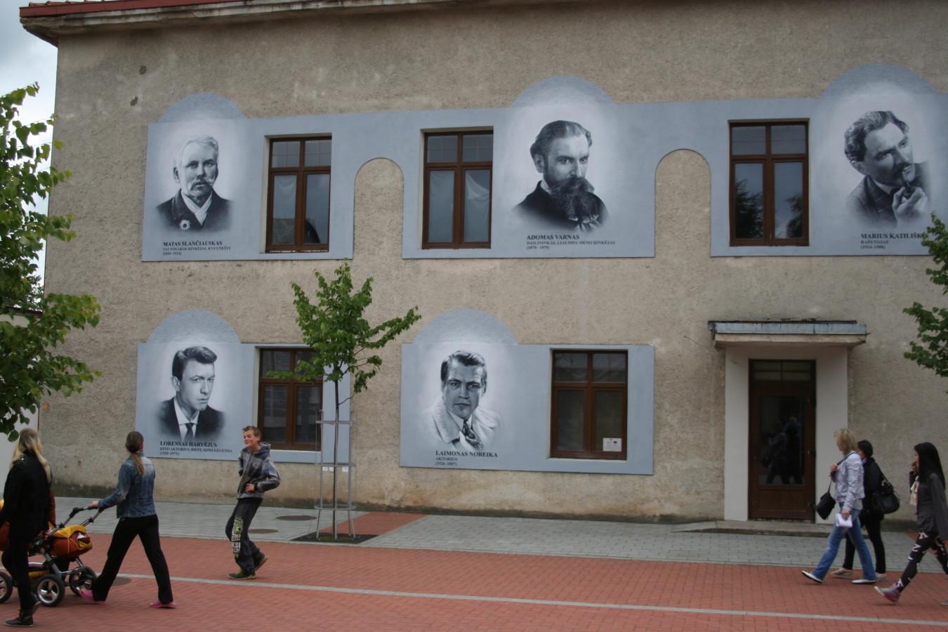 2014 JONIŠKIO KULTŪROS ŽMONĖS Kultūros centras – Joniškis, LIETUVA Freską reikėjo baigti iki Joniškio miesto šventės pradžios. Dienos buvo lietingos. Nepaisant to, nutapiau šiuos penkis portretus vos per porą savaičių. Buvo malonu dar kartą apsilankyti šiam nuostabiam miestelyje. Daugelis praeivių džiaugėsi ir didžiavosi, kad penki tarptautinės reikšmės žmonės sugrįžo Joniškin, į gimtinę...