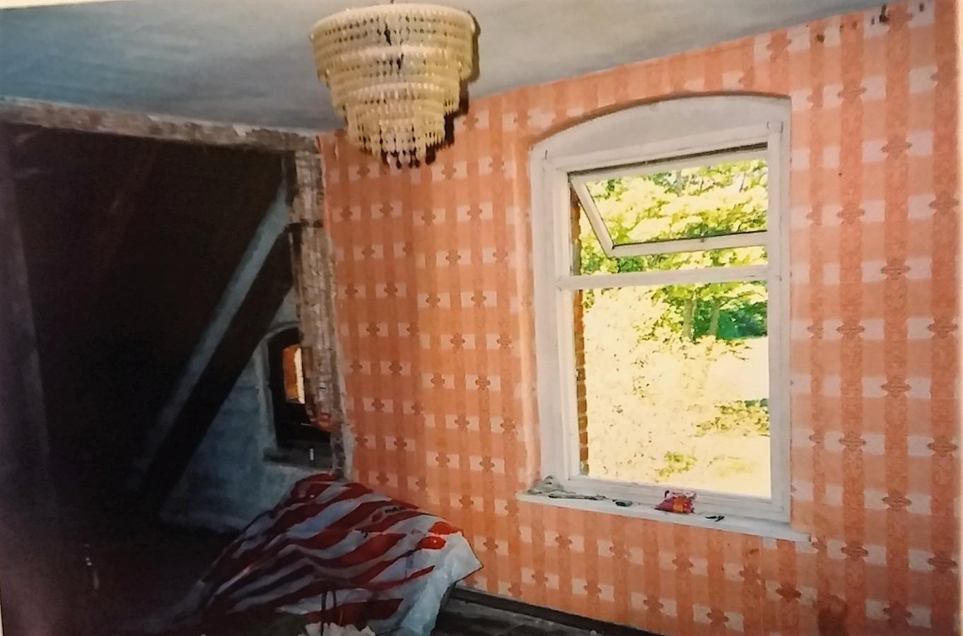 Taip atrodė rekonstruojamo namo II aukšto įrengimo darbų pradžia. Iš vieno kambario ir dviejų palėpių reikėjo padaryti du atskirus kambarius. Griovėme sienas, montavome sijas, šiltinome palėpes.