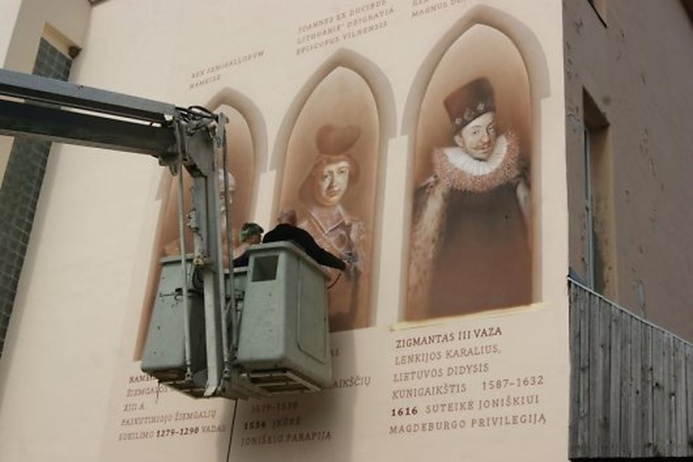 Leiskit pasigirti. Delfi perskaičiau kultūrologų komentarus apie šią mano atliktą freską. Jie pripažino, kad tai pirmoji ir vienintelė istorine fasado freska visame Pabaltyje!