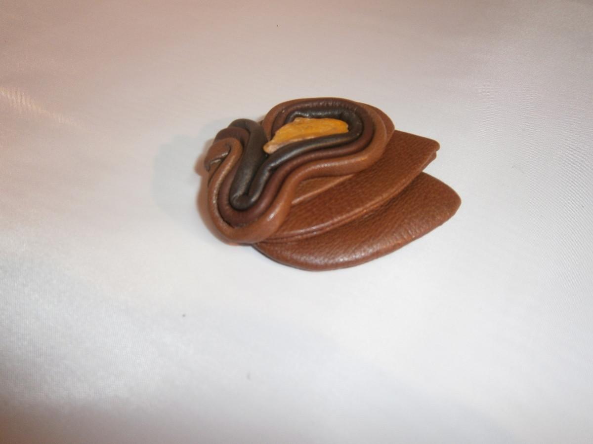 Natūralios  odos  vienetinė sagė su gintaru. Darija777-30