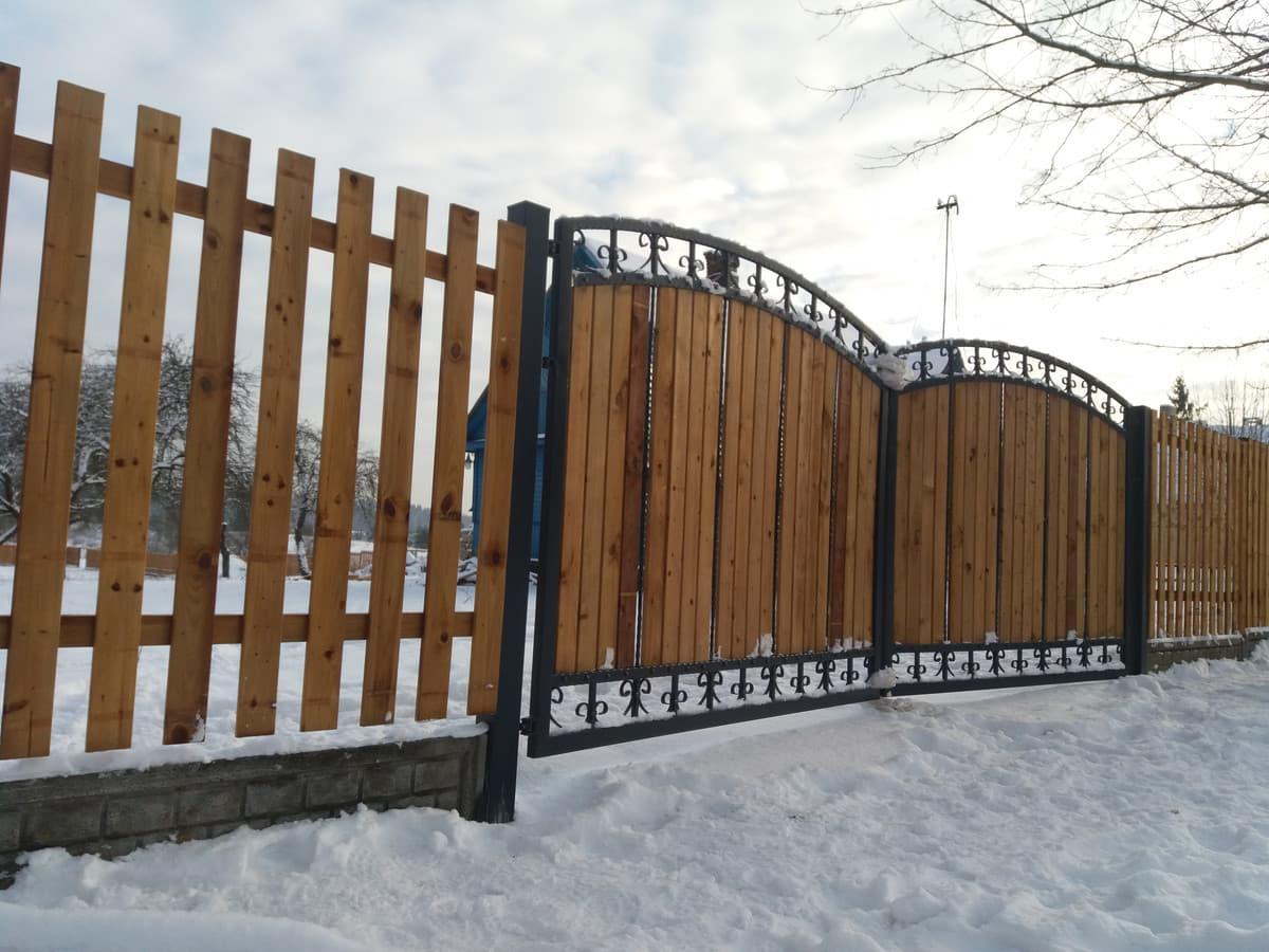 Siūlome medines tvoras su pilnu jų įrengimu. Tvoros impregnuotos giluminiu būdu, suteikiame garantija net iki 30 metų.