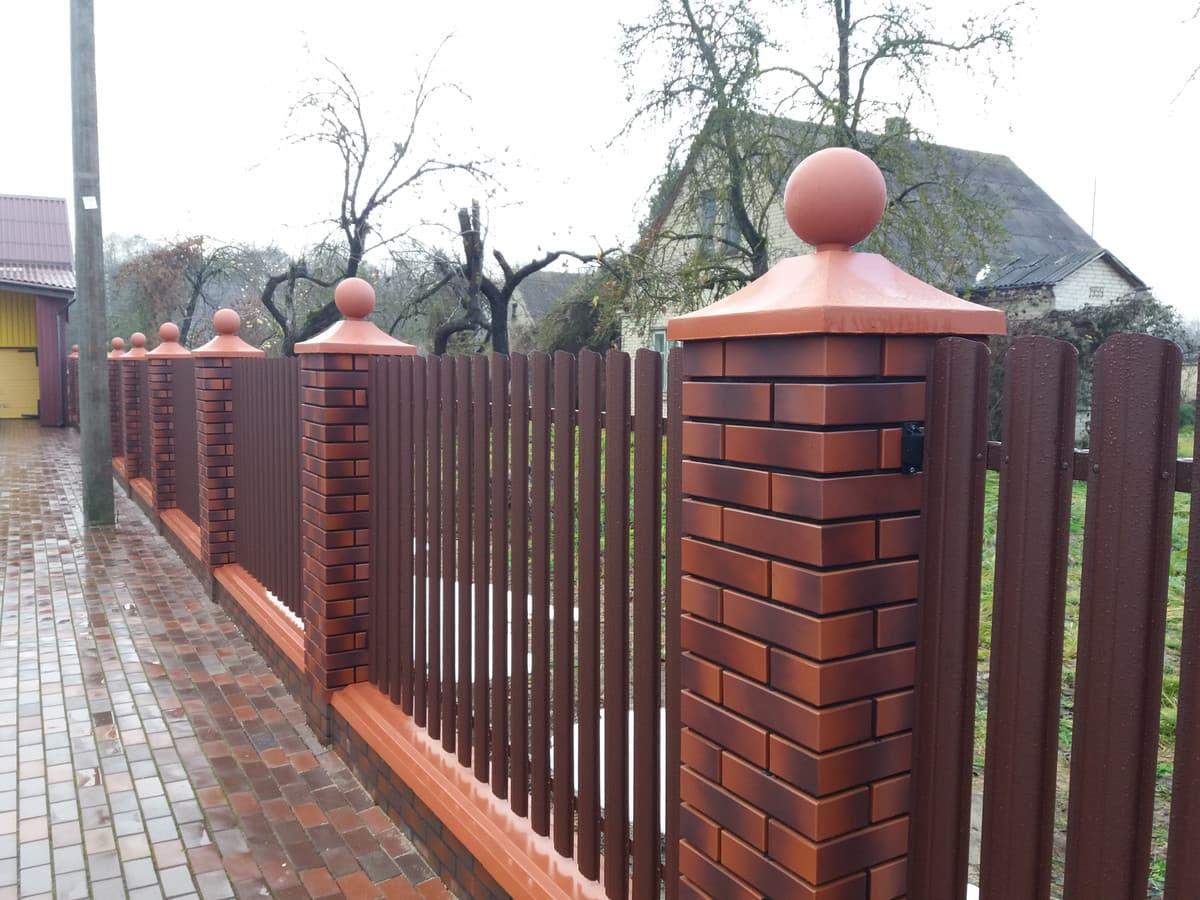Siūlome ilgaamžes skardines tvoras. Taip pat jų montavimą.