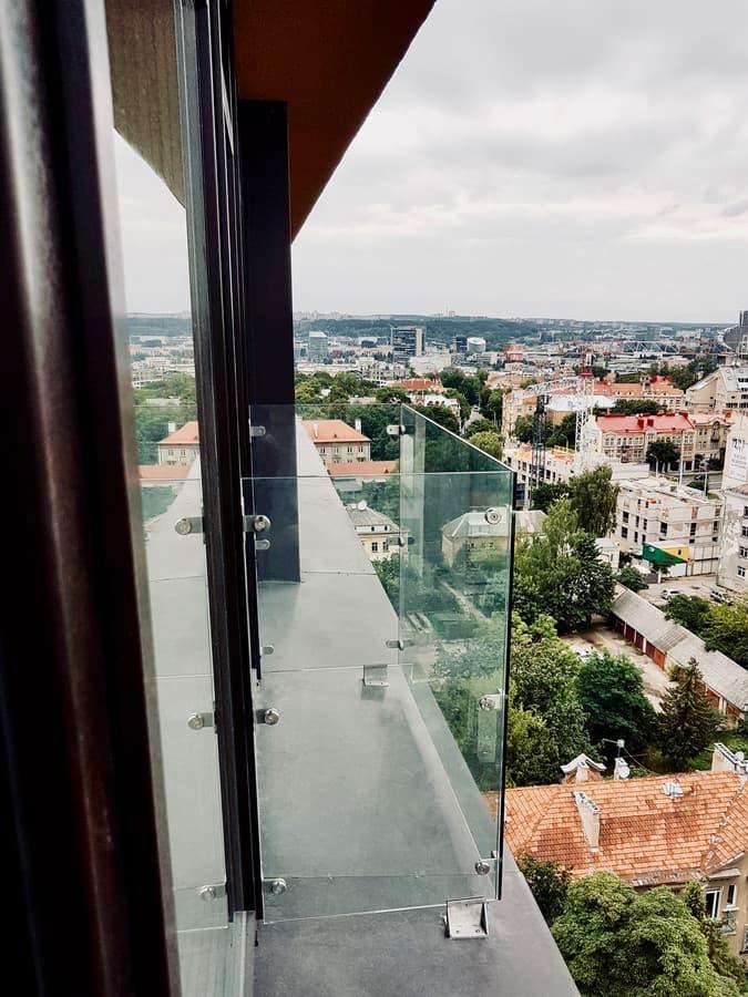 Balkono atitvaras. 10mm grūdintas, apsaugine plėvele dengtas stiklas