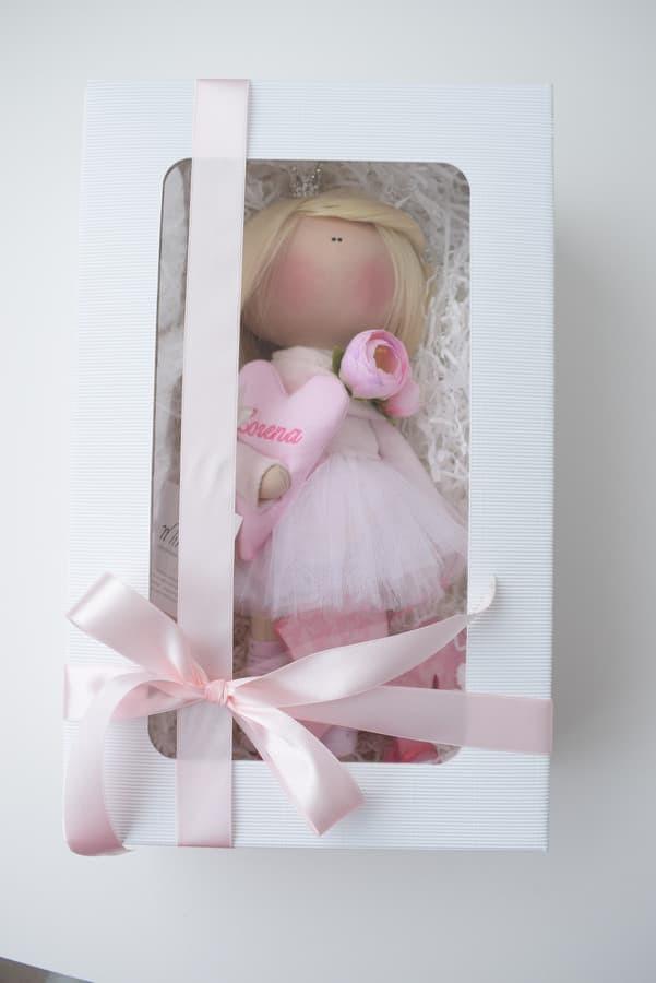 Interjerinė lėlė dovanų dėžutėje