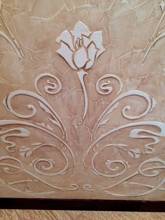 Interjero dekoras. Reljefinė siena. Dekoruota siena. Augaliniai motyvai. Decorated wall. Wall Decor.