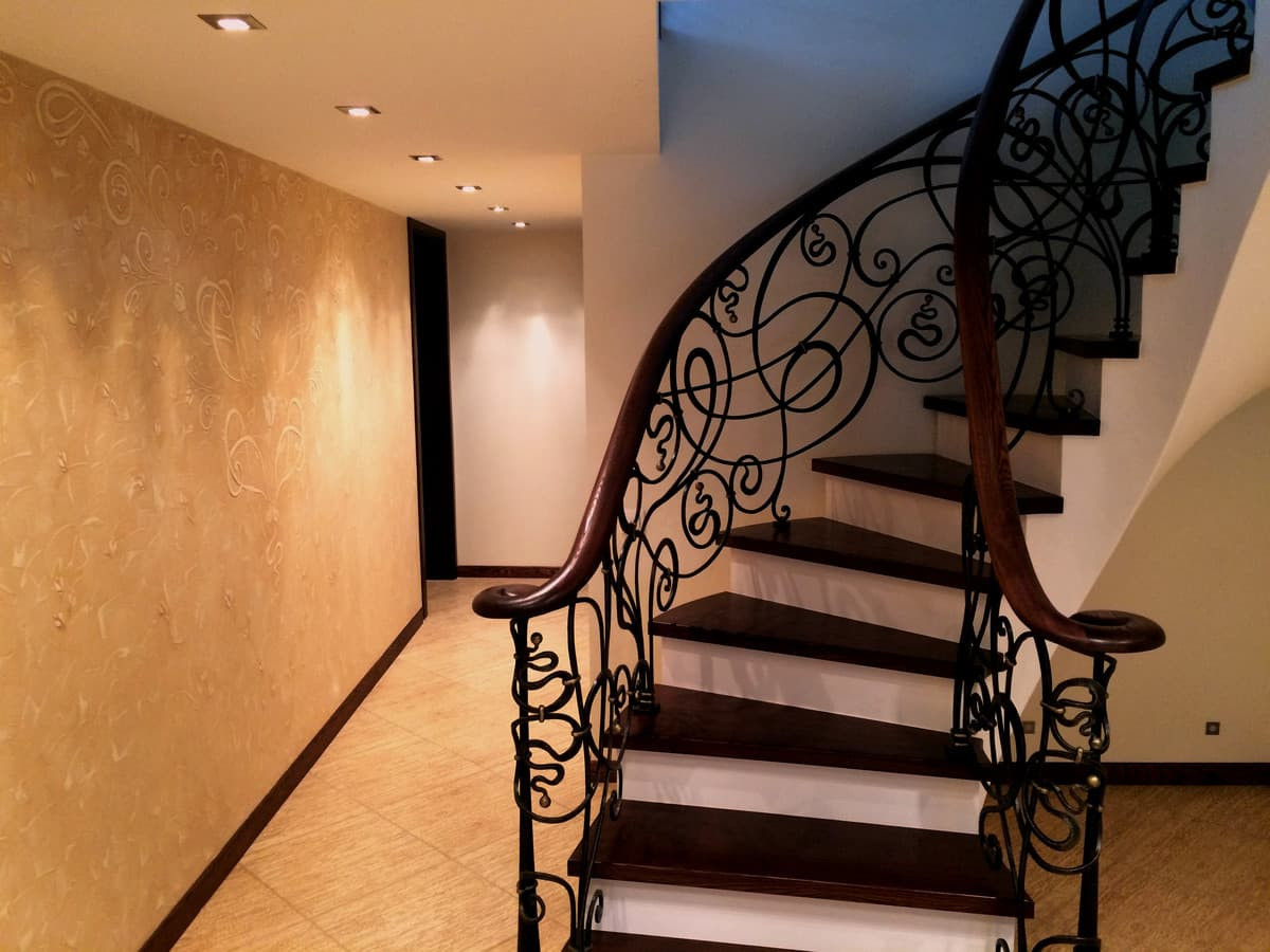 Interjero dekoras. Reljefinis sienos dekoras. Secesiniai motyvai. Dekoruota siena. Decorated wall. Wall Decor.