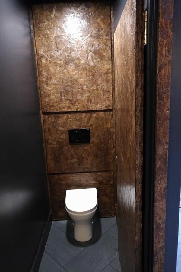 Lakuotos osb plokščių apdaila. Tualeto panelė ir durys.