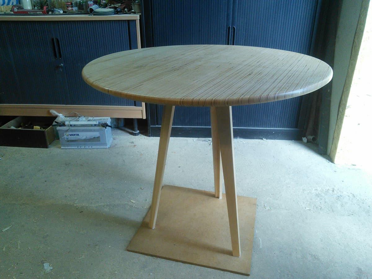 Stalas pagamintas is klijuotų beržo faneros.