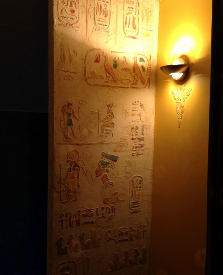 Interjero dekoras. Dekoruota siena, Egipto motyvas. Reljefinis sienos dekoras. Egyptian motives. Decorated wall.  Wall Decor. Embossed wall decor. Interior design.