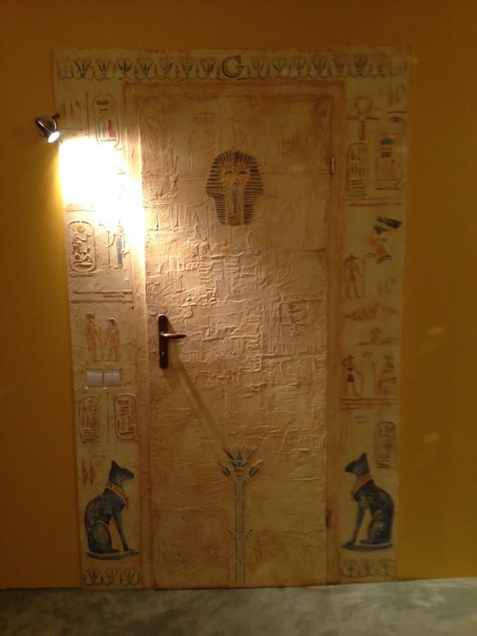 Dekoruotos durys. Reljefinis dekoravimas. Egipto motyvai. Decorated wall. Wall Decor. Decorated doors. Embossed wall decor. Interior design. Egyptian motives.