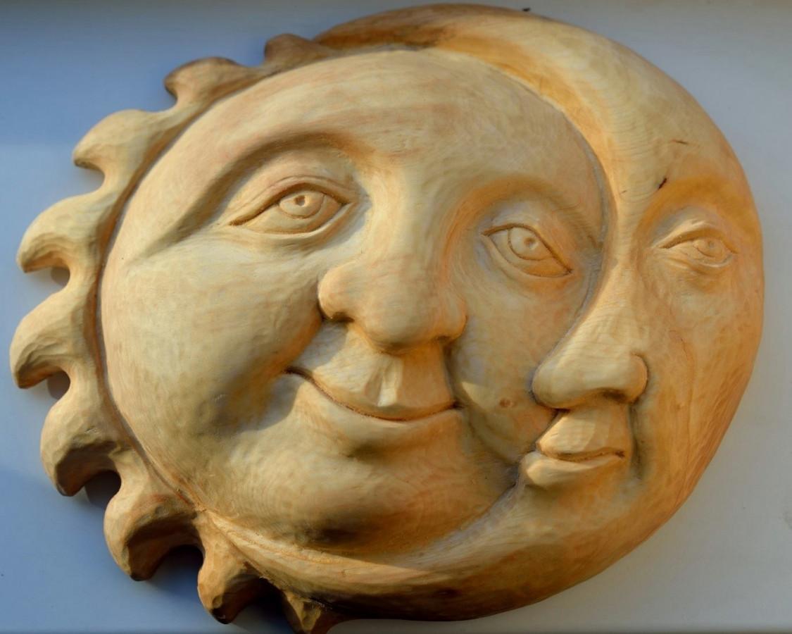 """Skulptūra-baraljefas """"Saulė ir mėnulis""""."""