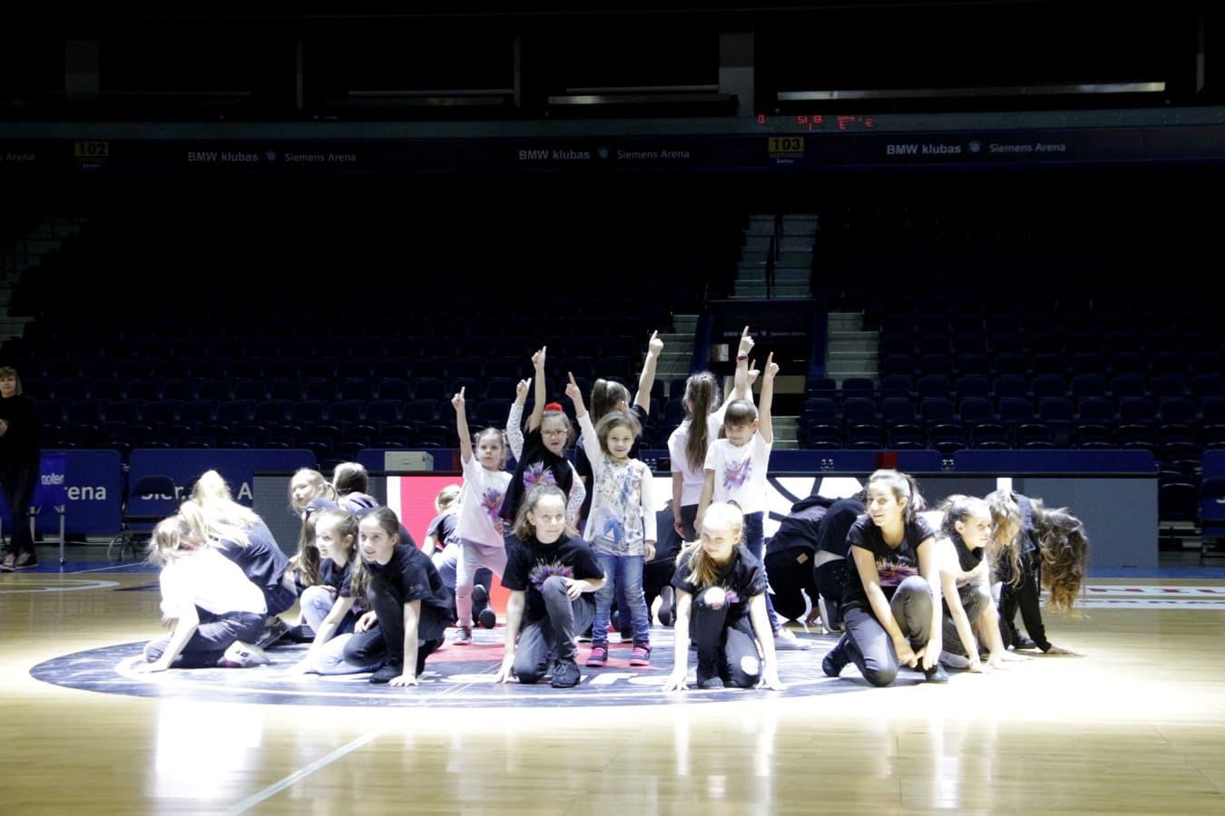 Vaikų ir jaunimo linijinių šokių grupių pasirodymas Siemens arenoje.