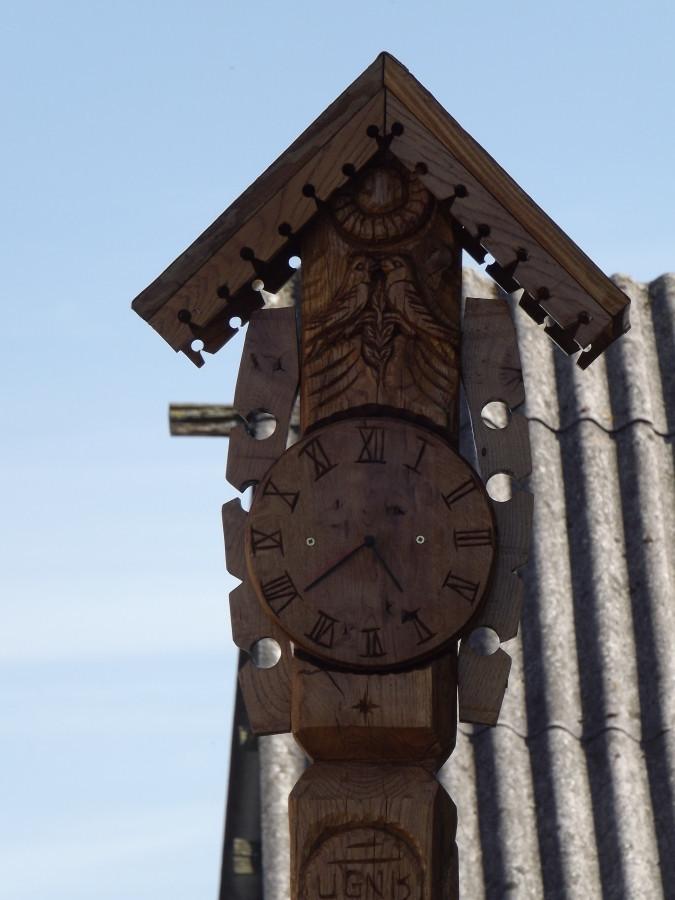 koplystulpis su laikrodžiu