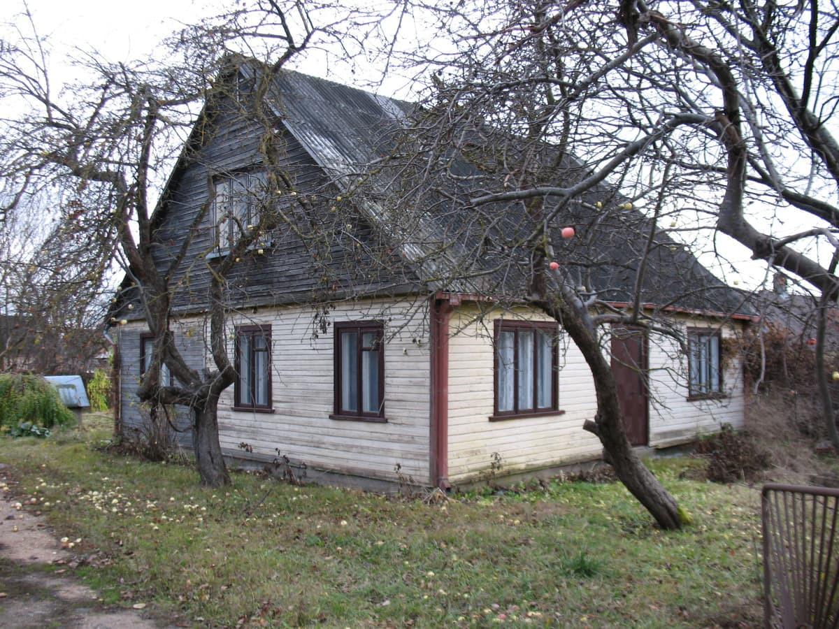 Parduodamas gyvenamasis namas Pušaloto g., Panevėžyje. Namas rąstinis 1939 metų statybos, bendro ploto – 53,75 kv.m., reikalingas remontas. Sklypo plotas 11,4 aro.