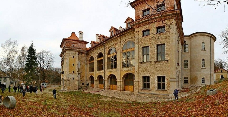 Ponios ir ponai, kokie užmojai ir konfliktai buvo XVII a. didikų kasdienybė? Ar tušti žodžiai buvo, kad Sapiegų rezidencija vadinta mažuoju Versaliu ir kodėl damos rūmų menėje kuklinosi pažvelgti į lu