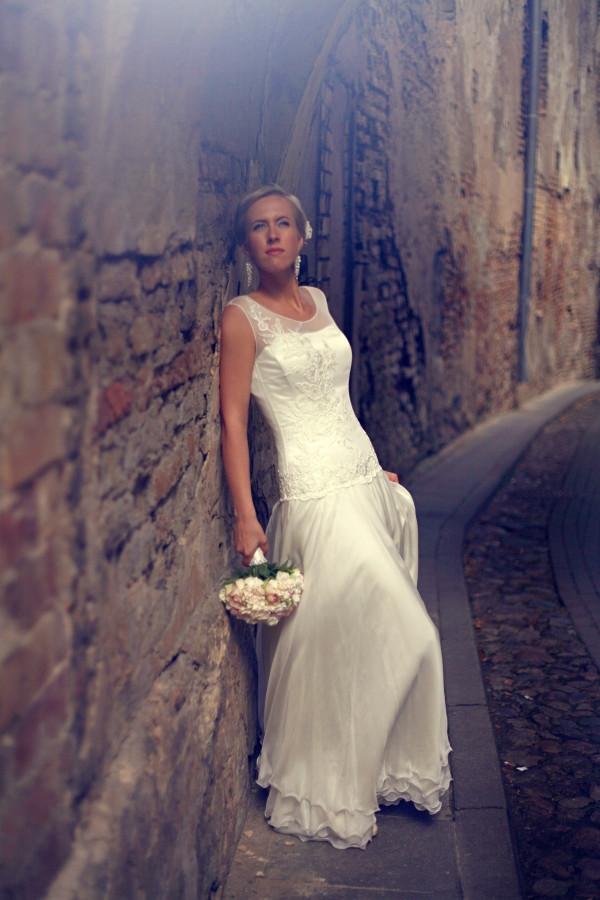Ilga,plazdančia,natūralaus šilko suknelė. Viršūtinė dalis prailgintas garsėtas,puoštas rankų darbo nėriniais. spatinė dalis saulės kliošo kirpimo,penkių sluoksnių sijonas.
