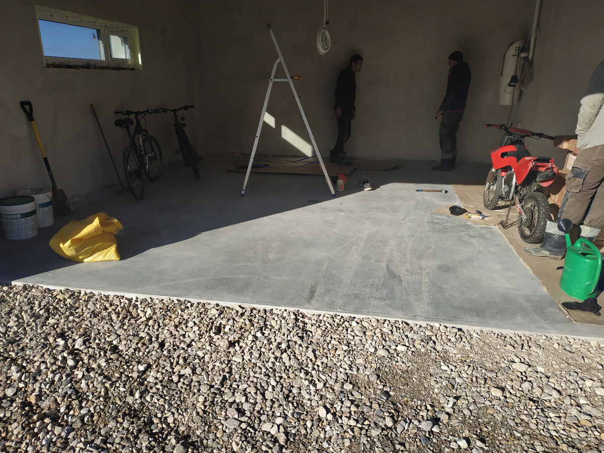 namo garazas, vaizdas po pises metų, ant betono dulkės