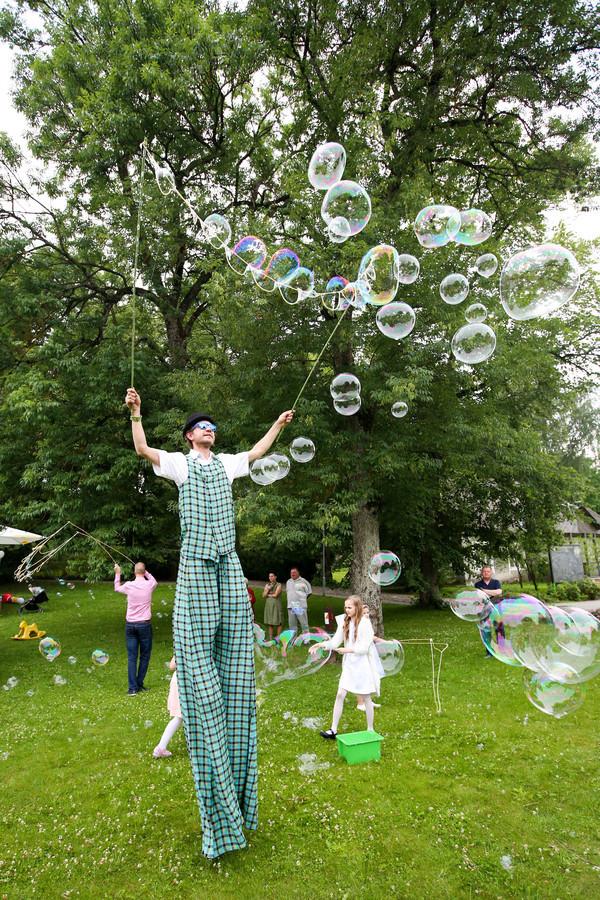 Ar jis žongliruos ar leis milžiniškus muilo burbulus, dalins gėles ar dalyvaus ugnies show ? Priklauso nuo Jūsų pasirinkimo ir oro sąlygų. https://www.zonglierius.lt
