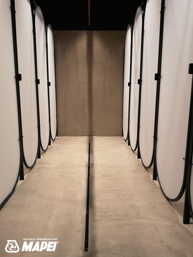 """ULTRATOP LOFT cementinė dekoratyvinė danga, panaudota šlapiose patalpose, apsaugant jų paviršių. Sporto klubas """"ReFormatas"""" Vilniuje. http://www.velvemst.lt/uploads/Brochure_Ultratop_Loft_LT_web.pdf"""