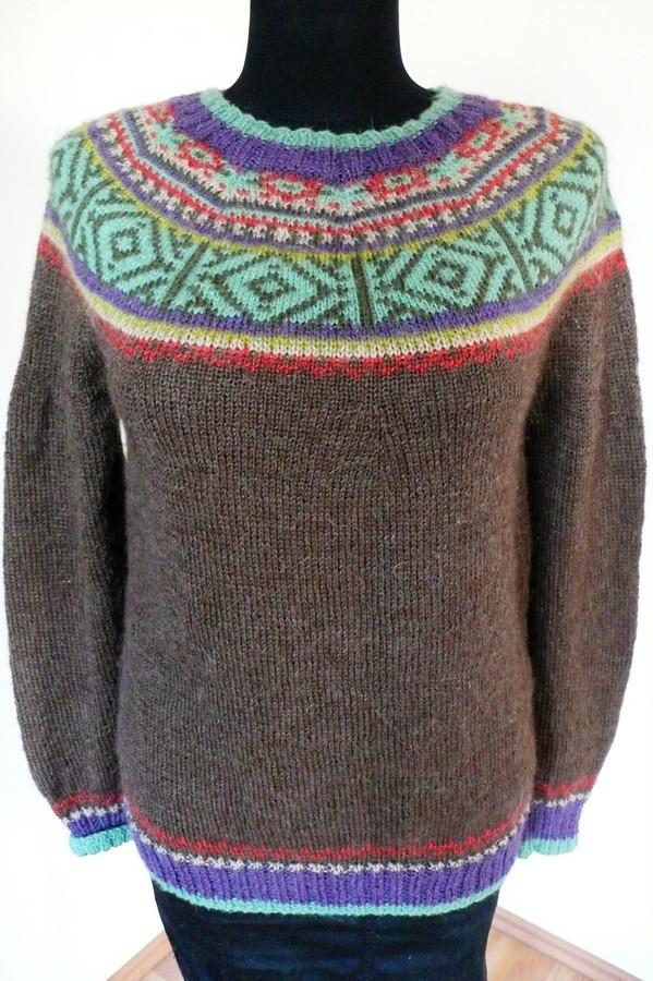 Megztinis su indėniškais raštais.Megzta virbalais.Sudėtis: alpaka-25%,vilna-35%,akrilas-40%.
