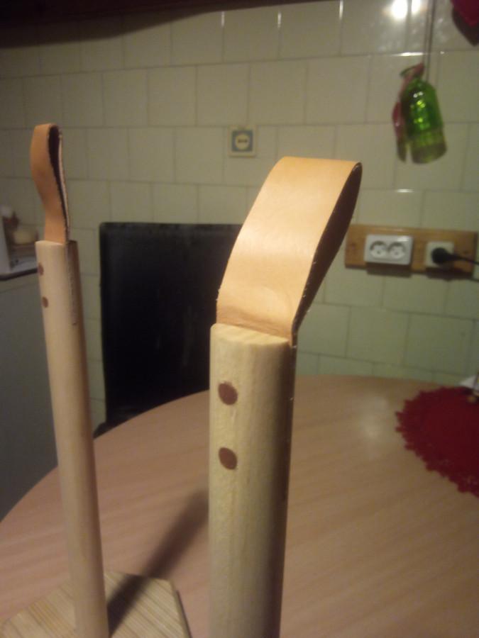 PARDUODAMA. Poperinių rankšluosčių stovai. Natūralios odos rankenelė, medinis kuotas ir klijuotos beržo faneros padas.