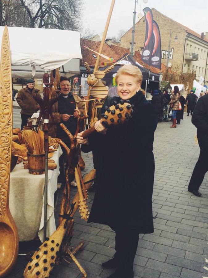 Štai ir Dalia Grybauskaitė pas mus apsilankė į #Kaziukomugę #2015 pasigrožėti rankdarbių ir suvenyrų.