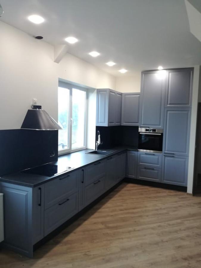 Virtuvės baldai su frezuotom dažytom durelėm.