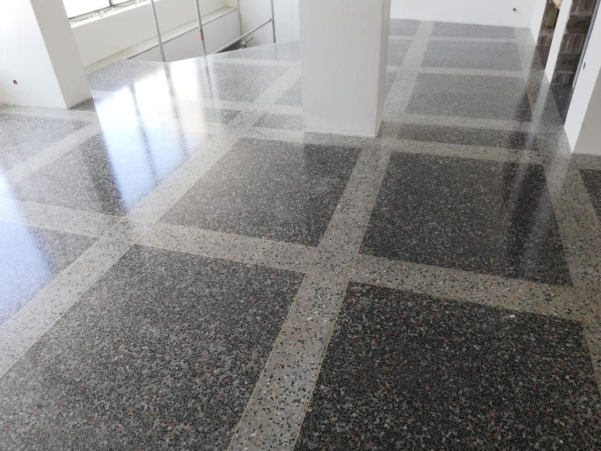 """ULTRATOP cementinė savaime išsilyginanti grindų danga. """"Terrazzo"""" efektas užpildais. Privatus objektas Rygoje."""
