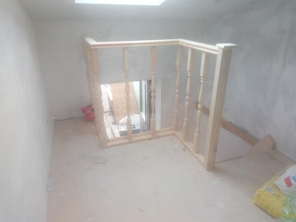Laiptai ir tureklai pagaminti objekte is kliento nupirktos medienos