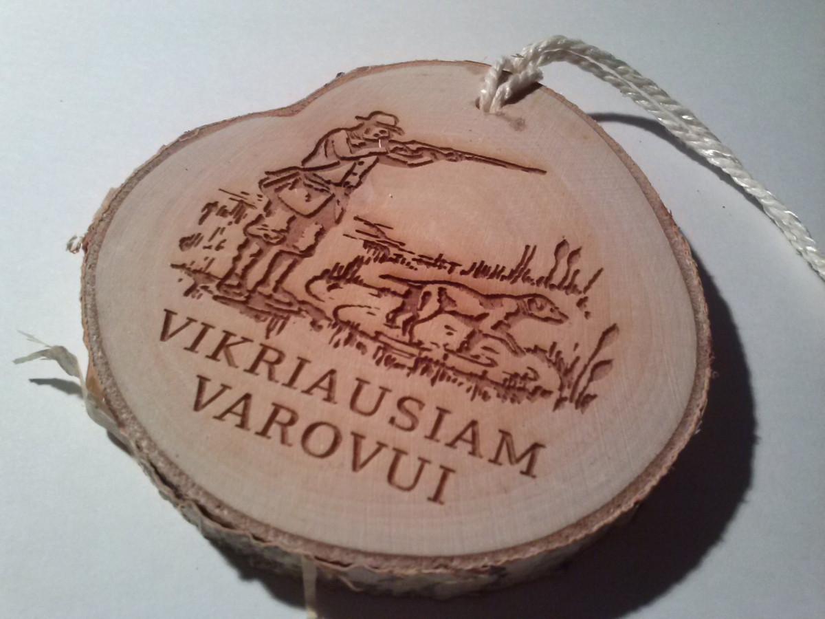 Beržo medienos medalis medžiotojams. Vikriausiam varovui.
