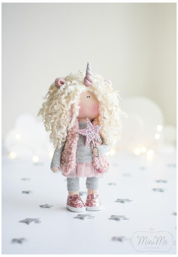 Populiarusis vienaragis! jau taip pamiltas personažas visų mažų mergaičių! Rankų darbo interjerinės lėlės aukštis - vos 23 cm (su ragu 26 cm\).