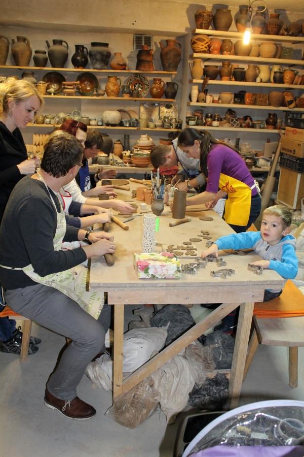 Studijoje laukiami įvairaus amžiaus žmogeliukai. Turime keramikos būrelį ir mažiems, ir dideliems. Taip pat yra galimybė švęsti gimtadienį, mergvakarį, darbo vakarėlį, kt. šventę