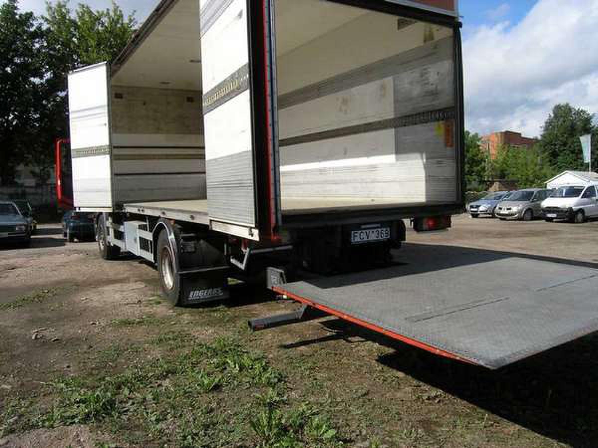 Kietašonis sunkvežimis su hidroliftu 7,5/2,45/2,45 m. Galima krauti iš šono ir iš galo. Vežami kroviniai iki 9t. svorio. Kaina Vilniuje: 23 eur/h minimalus iškvietimas 2h Užmiestyje: 0,75 eur/km.