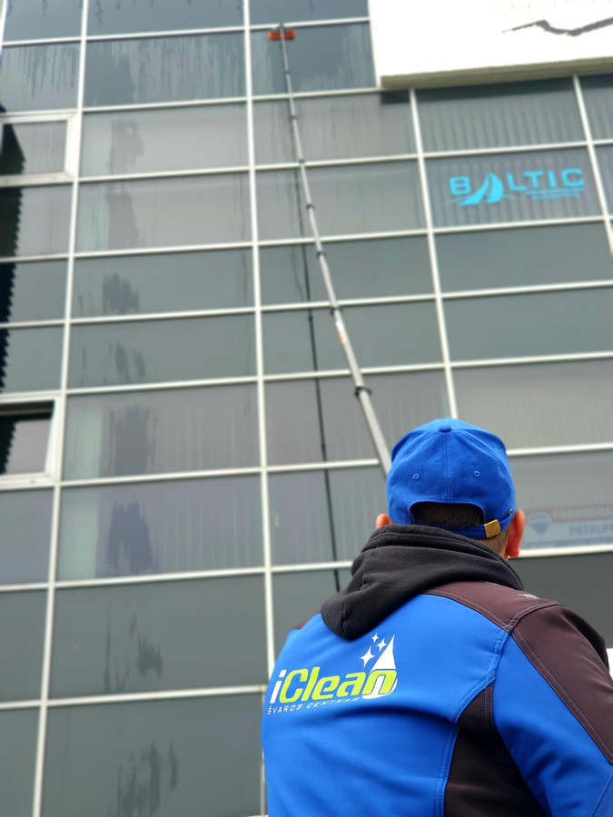Langų valymas profesionalia langų valymo įranga