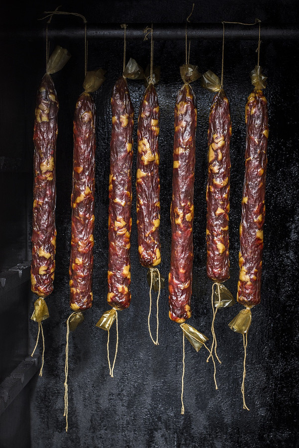 Svečiams siūlome įvairių kulinarinio turizmo patiekalų: kibinų, keptų kalakutų, senovinių mėsos didkepsnių, rūkytų nugarinių, lašinių, vytintų dešrelių.