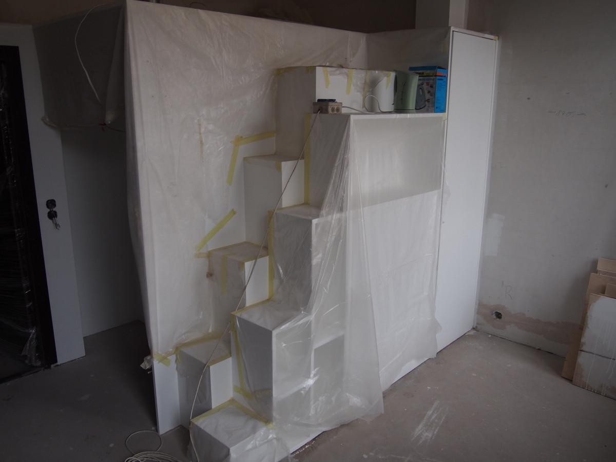 """Loftas.Antresoė, """"Lokio"""" laiptai. Laiptuose paslepta skalbimo masina ir kt. buitinė technika. http://radiolofts.lt/"""