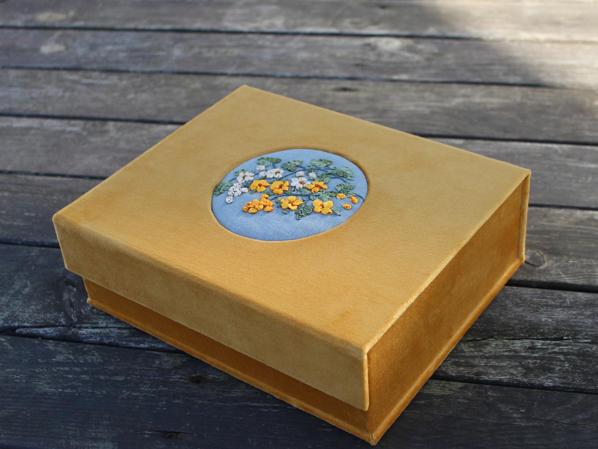 interjerinė veliūrinė dėžutė papuošalams, nuotraukoms ar kitiems dalykams saugoti.