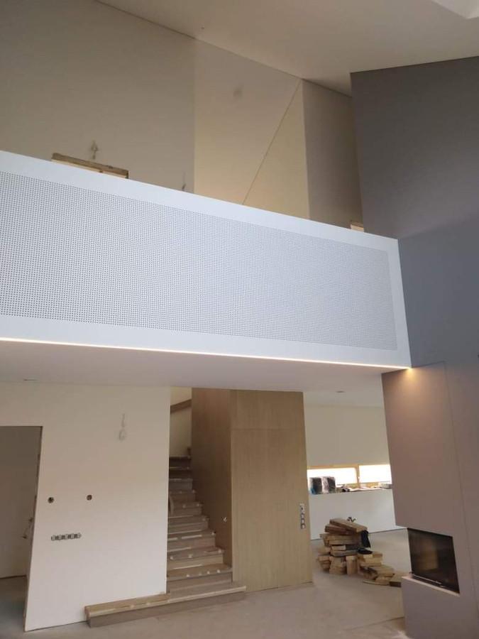 Atlikti darbai:  - GKP šlaitinių lubų montavimo darbai, - balkono turėklo montavimas, Cleaneo Akustic plokštės montavimas, - glaistymo, dažymo darbai.