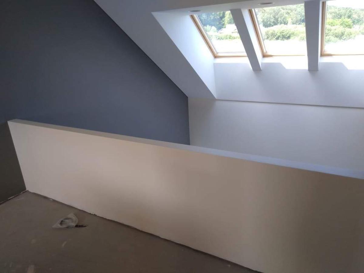 Atlikti darbai:  - GKP šlaitinių lubų montavimo darbai, - stoglangių apdirbimas GKP ir profiliais, - balkono turėklo montavimas, - glaistymo, dažymo darbai.