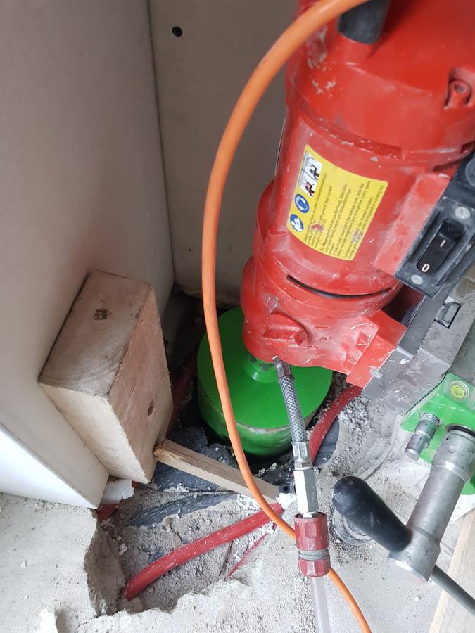 Skylės gręžimas per šildomas grindis, vėdinimo sistemoms pravesti. Atsargiai ir kruopščiai gręžiame skylę, kad nepažeisti šildymo vamzdelių.