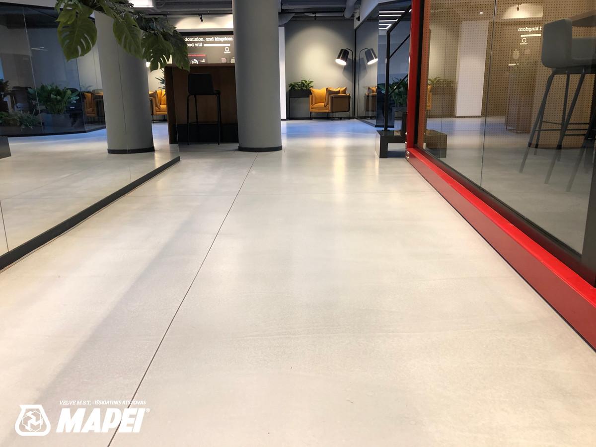 "ULTRATOP dekoratyvinio betono grindų danga. Natūralus efektas. Bendradarbystės erdvė ""Talent Garden"" Vilniuje.  http://velvemst.lt/uploads/517_ultratop_lt_160318.pdf"