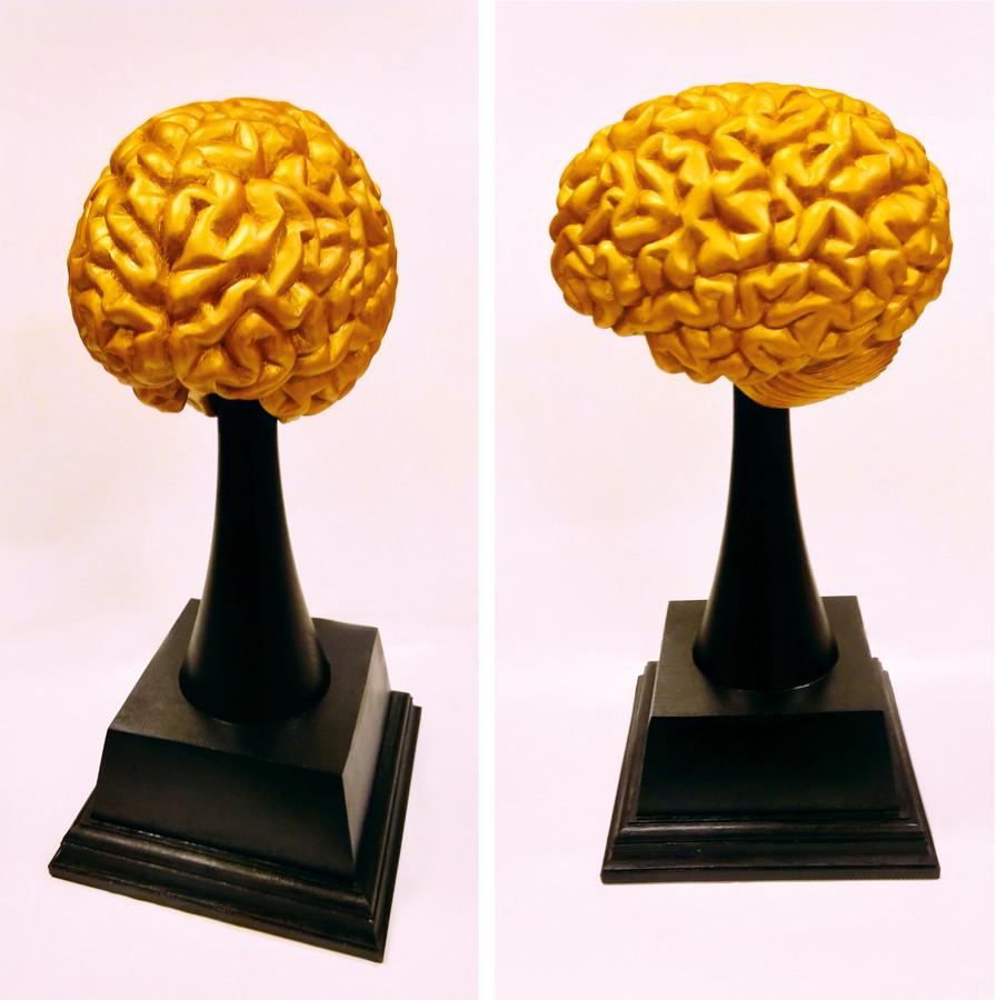 Perinamas apdovanojimas geriausiam darbuotojui. Aukštis 50cm, medis.
