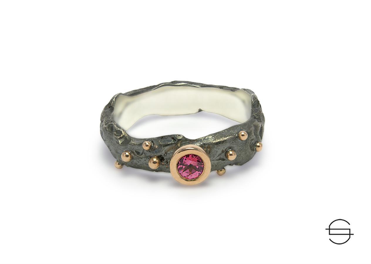 Juodinto sidabro žiedas puoštas auksu ir rodolitu