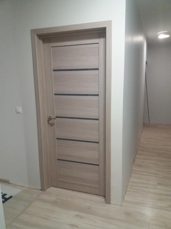 Iš MDF, Baltarusiškos durys. Sumontuotos durys ir užklijuoti apvadai.