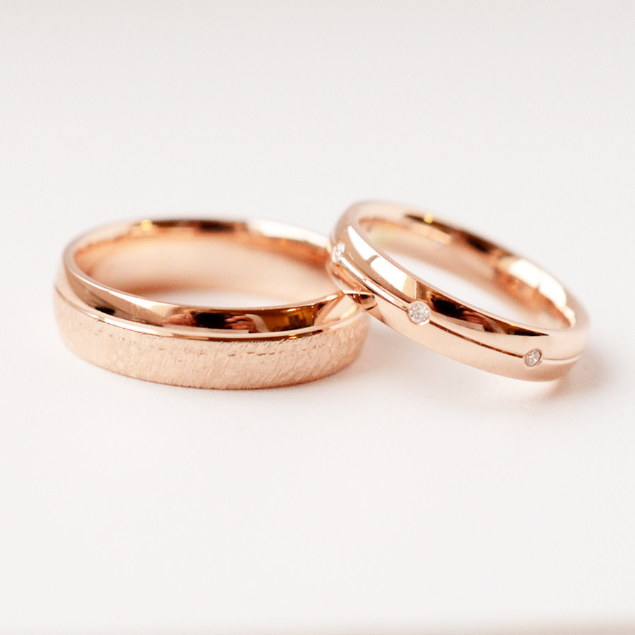 Raudono aukso vestuviniai žiedai su briliantais.