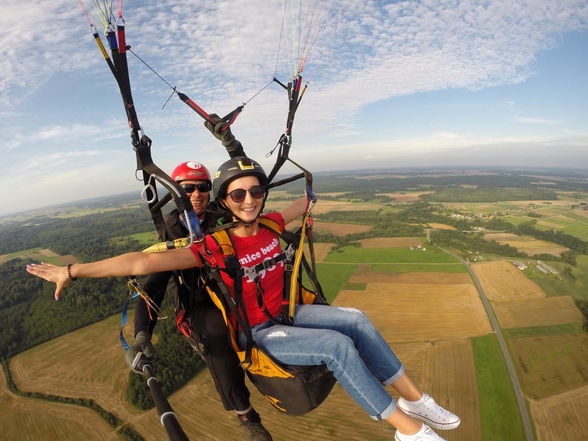 Skrydžio metu pakilsite su patyrusiu pilotų į 250-350m aukštį, pasigrožėsite žeme iš viršaus ir saugiai nusileisite.